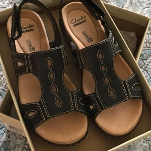 Leisa Lakelyn Black Leather Sandals. Size 5